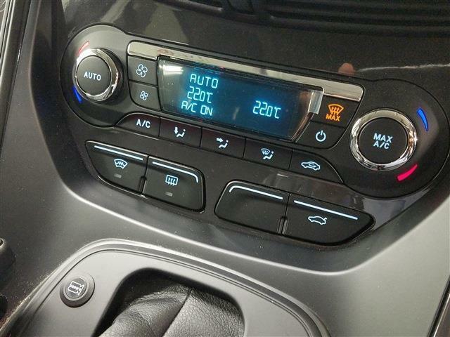 左右独立温度調整機能付オートエアコンで、運転席と助手崎の温度を変える事が出来ます。