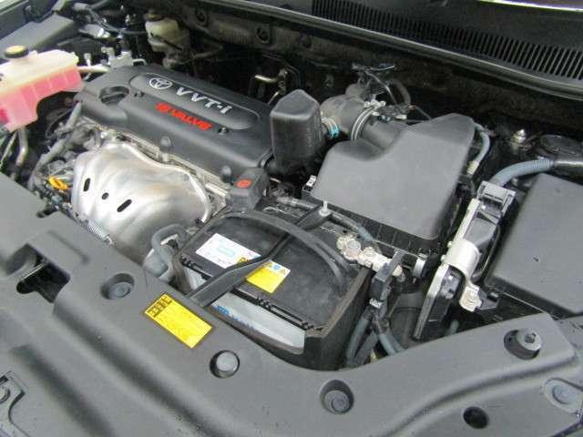 2AZ/2,400ccガソリンエンジンです。エンジンルームはクリーニング済みです。当社メカニックが安全で快適にご利用頂く為のお手伝いを致します。