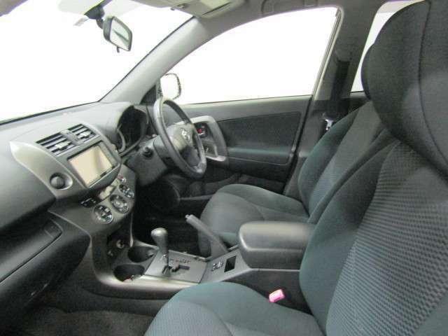 通気性が良く身体にフィットするモケットシートです。さまざまな運転姿勢に対応し、やさしくフィットするシートは長時間のドライブにおける負担を軽減します。