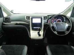 フロントシートはゆったり室内で運転もしやすくなっております。アルカンターラシートで高級感もあり、使い勝手の良い配置も考えられています。