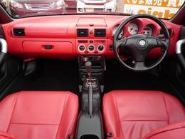 赤レザー調シートカバーも付いて、外車っぽいインテリアですよね\(^o^)/