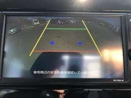 バックカメラはシフトレバーを「R」にすると、後方の映像をモニターに表示。