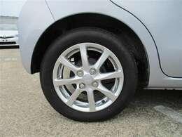 タイヤサイズ155/65R14、タイヤ残り溝約5mmの純正アルミホイールです。
