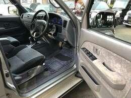当店スタッフはJU中古自動車販売士です。JU中古自動車販売士とは、販売店店員の認定制度です。 中古車業界の健全化をめざし活動しているJU(社団法人日本中古自動車販売協会連合会)が実施しています。