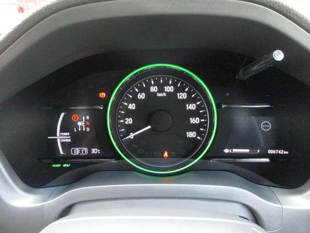 ハイブリッド専用デザインメーター☆外気温や平均燃費、安全支援情報など多彩な情報を表示します。