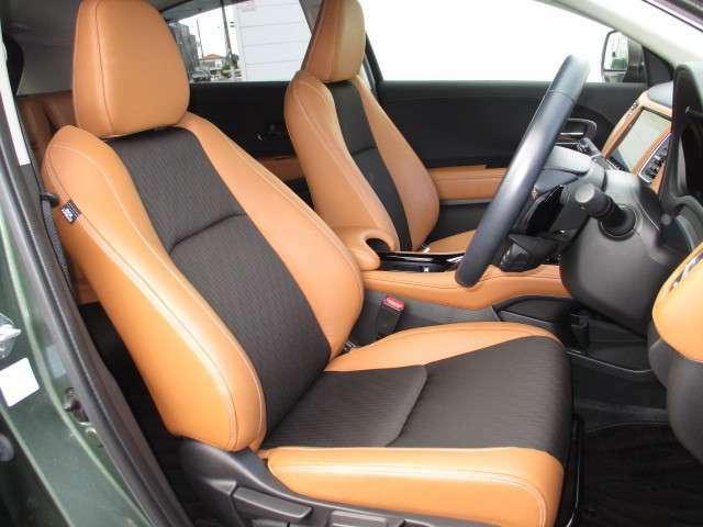 ワイドなコンソールで仕切られたフロントシート☆人間工学に基づき、運転しやすく、乗り降りしやすい高さに設定されています。