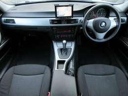 前席は電動シートになっております♪内装はブラックを基調としたシックで落ち着いた雰囲気の車内になっております♪パネル類にも目立つキズや汚れ等も無くとてもキレイな状態です♪