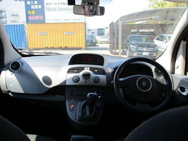 ドライバー目線のショットです。ハンドルまわり、運転する気分でご覧いただけます。