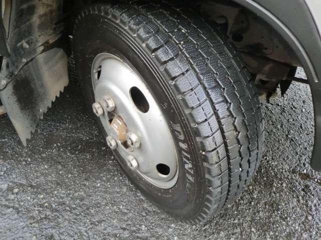 前後共にタイヤサイズにつきましては、205/75R16 111/109 LLTと、なります。リアはWタイヤのフルフラットローとなります。