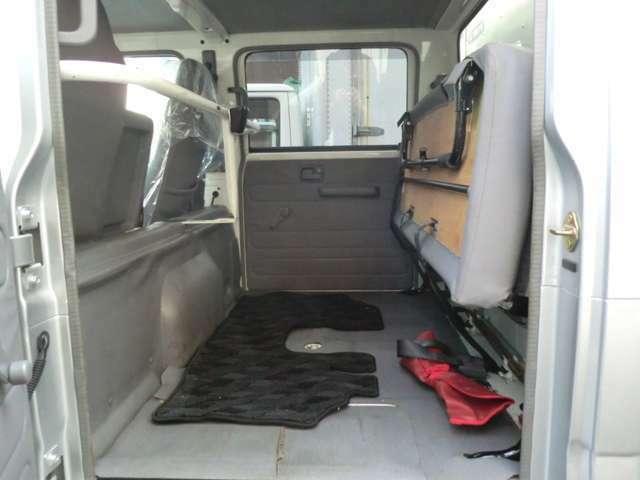 リアシートははね上げるとスペースがございますので濡れると駄目な機材なども積めて便利です。