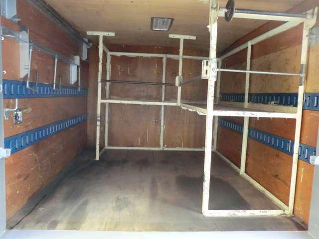 荷台後ろ開口部の詳細と致しまして、幅:157cm 高さ:122cmとなっております。ボディは東急車輌製です!箱内には2段ラッシングベルトや室内灯・棚フックもついております!!