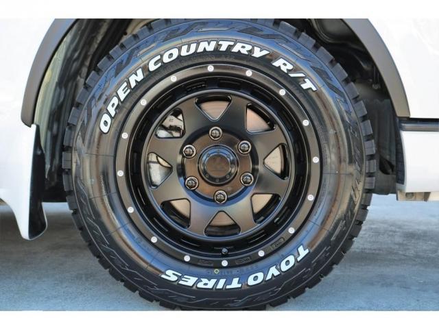 足元にはアゲ系カスタムには欠かせないブロックタイヤのTOYOオープンカントリーR/T&レオウィング 16インチAWをチョイス!!