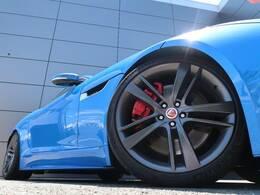 20インチアルミホイール!グレー調のカラーがブルーのボディーカラーにマッチ!F-TYPEのスポーティな走りを予感させるデザインです。ぜひ店頭でご覧ください♪