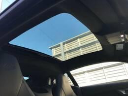 車体幅いっぱいまで広がりより多くの自然光を招き入れるパノラミックルーフ!室内に大きな開放感をもたらすと同時に、手動開閉のブラインドが差し込む光の99%まで遮断。乗員のプライバシーも確保します。