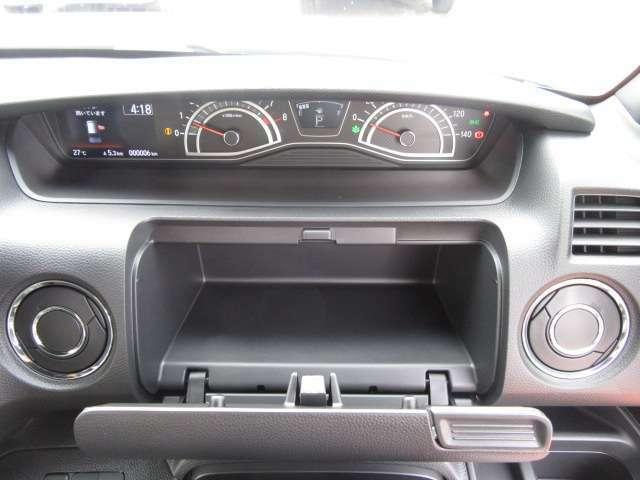 運転席前にも収納スペース装備しております。