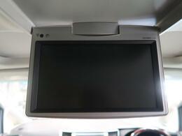 【純正9型フリップダウンモニタ】カーナビで再生したDVD映像などを後席で観られる後席モニタ。ドライブがより楽しくなります。