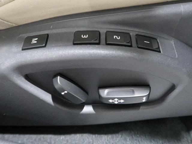 メモリー機能付フルパワーシート『ドライバー三名までのシートポジションを記憶するメモリー機能付きのフルパワーシートを装備します。ご家族でのご使用をお考えの方にもぜひおすすめさせていただきます。』