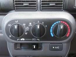 手の届きやすい所で簡単操作のダイヤル式空調コントロールパネル。エアコン付きでオールシーズンお好みの温度調整ができ、快適にドライブできます。快適空間で楽しいお出かけ、何処へ行きましょう!