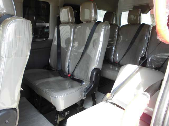 3列目シートは、2人掛けのベンチシート+折りたたみ式の補助シートで3人が座れます。