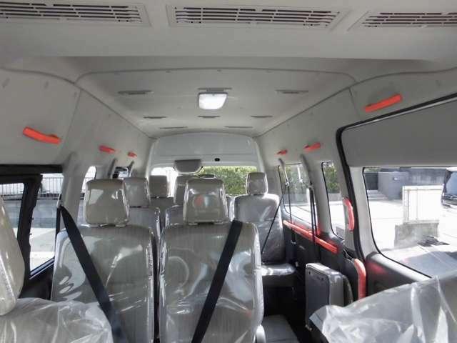 ハイルーフで天井が高く、広々した車内。大人数が快適に移動できます。