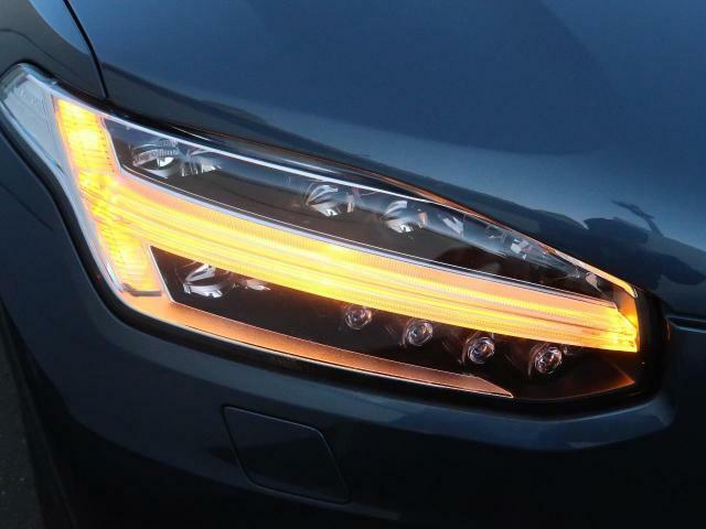 ◆アクティブLEDヘッドライト『2017年モデルより採用されたフルLEDヘッドライト。北欧神話に登場するトールハンマーをモチーフにデザインされたまったく新しいボルボを象徴するヘッドライトです。』