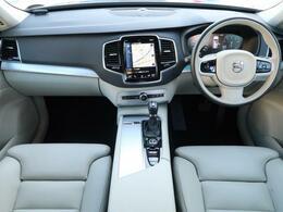後席モニター付きのXC90が入荷♪外装デニムブルーメタリックの内装ブロンドレザーシート♪純正ドライブレコーダーも付属しており大変お得な特選車両になります♪♪コンディションが良い1台です♪♪