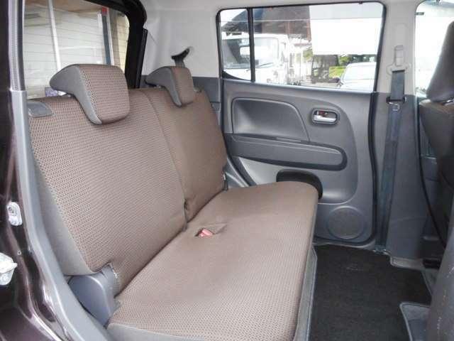 足元広々、ゆったりとした後部座席です。後部座席でリラックスした快適な空間でドライブはいかがでしょうか。