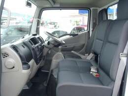 助手席もゆったり広々♪3人乗車時でもサイドが立っている構造なので、なんとか現場までは耐えれるでしょう!