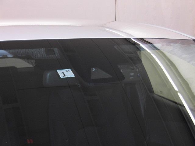 プリクラッシュセーフティシステム搭載。進路上の先行車や障害物などをミリ波レーダーで検出し、ミリ波レーダーと単眼カメラで先行車を認識し、車速に応じた車間距離を保ちながら追従走行を支援します。