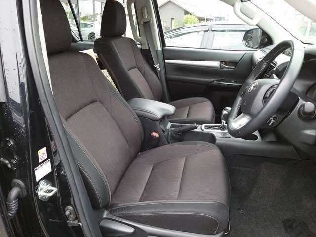高めのヒップポイントのゆったりとしたシートです! 足腰に負担が掛かる乗り降りが楽になりますよ。 快適なドライブを楽しむ為にも長く座っていられるシートがいいですね♪