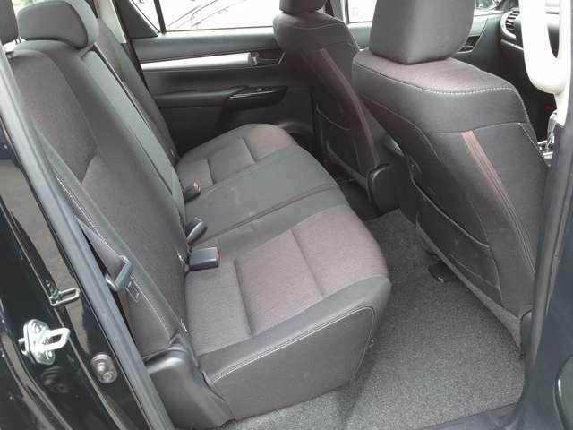 セカンドシートはリクライニング可能でくつろぎの空間。大人二人が乗っても十分なスペースが確保されております!