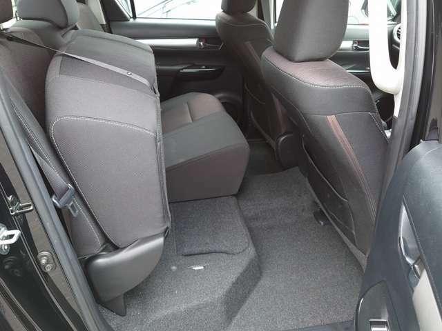 後部座席は跳ね上げ可能!使い方の幅がグンとアップしますね♪