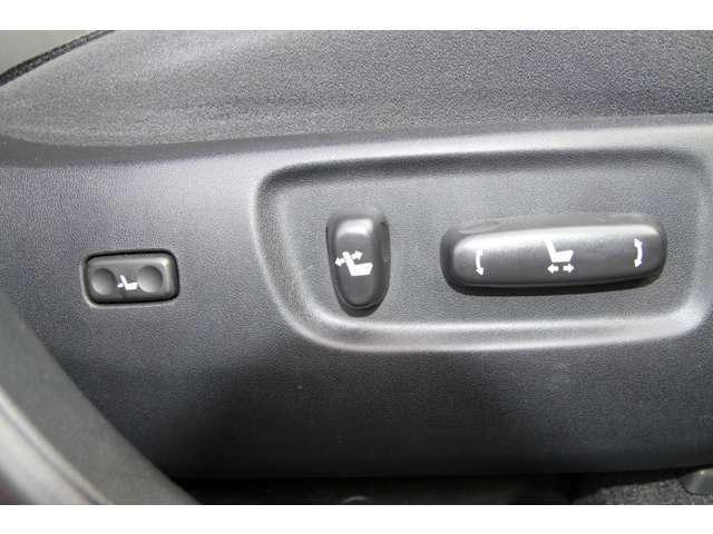 運転席2メモリー機能付きパワー(電動)シート装備☆電動にてシートポジションの調整が可能で御座います♪