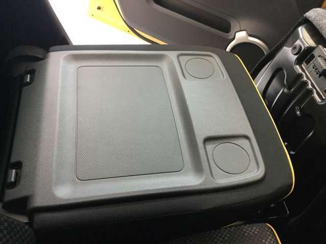 助手席シートを倒すとテーブルに早変わり、お車でお食事も楽しいですよ!!