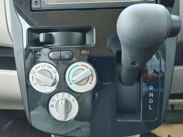 マニュアルエアコン仕様です。 ダイヤルを捻るだけの簡単操作で、風量・温度の調節が可能です。