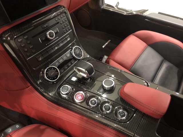 ギアレバー脇の5つのボタンのうち、先頭に位置するのが走行モードの選択スイッチ。燃費重視の「C」、スポーツ走行用の「S」、Sよりさらにハードな「S+」、マニュアルモードの「M」が選べる。