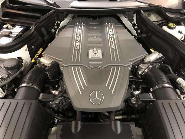 「SLS」専用チューンが施された6.2リッターV8ユニット。「SL63AMG」などに積まれる同エンジンより46psパワーアップ(カタログ値)
