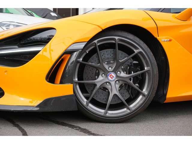 ☆新着入庫のお知らせ☆McLaren720Sにドライカーボンエアロパーツを纏いました!!VRSスタイルドライカーボンフロントスポイラーを装着しています!!