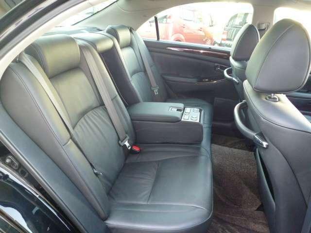 後部座席も電動リクライニングシート!