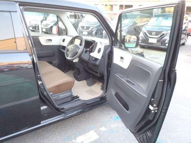 おしゃれスペースが広がる。ウフフ空間、モコ。シンプルなのに味わい深い。良いデザインのお車です。