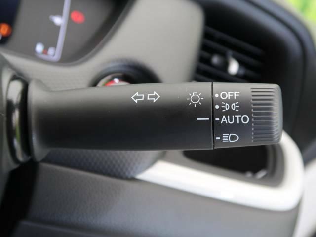 【オートライト】周りの明るさに応じて自動でヘッドライトの点灯・消灯ができる機能です!ライトの付け忘れ・消し忘れなどが無くなり、雨の日や夕方の走行も安心!トンネル通過時も便利ですね