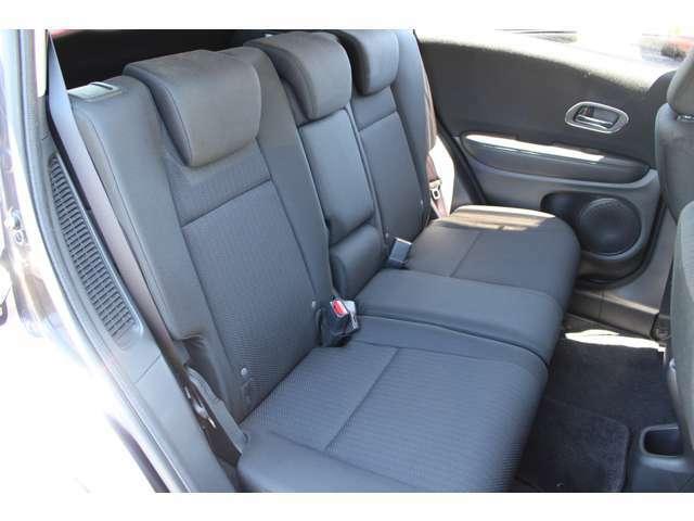 2列目は厚みがあり座りやすいです!座面の状態もへたり汚れなどなく綺麗です♪