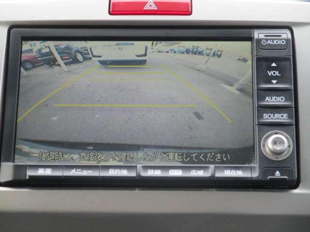 リバースにシフトするとガイドラインが表示され、車庫入れが苦手な方でも安心です。