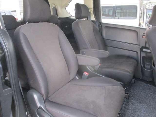 セカンドシートはキャプテンシートで後部座席もゆったりくつろげます!!