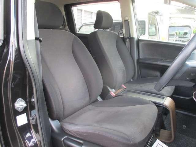 フロントシートです。ドライバーズシートは、運転中のストレスを軽減するためホールド性能を持たせたデザインです。
