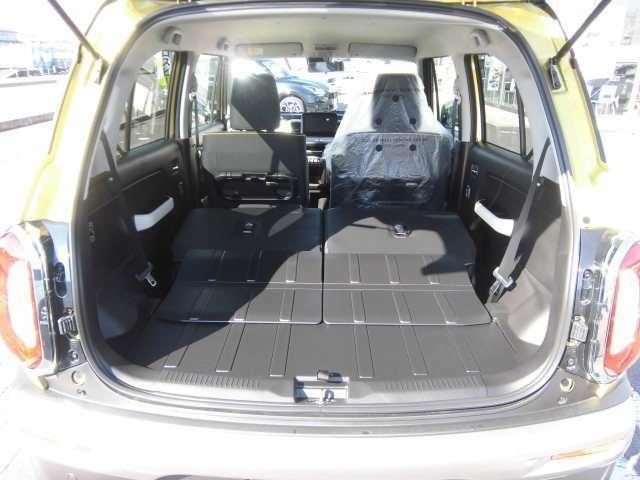 後席シートは前倒もでき、大き目の荷物も積載可能