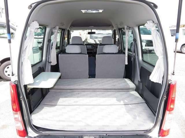 後席全体がフルフラットのベッドに展開可能です!ベッド寸法は190CM×128CMとなっております!