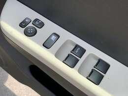 電動格納式リモコンドアミラー&パワーウィンドースイッチ☆ドアミラーの角度は手を伸ばさなくてもスイッチでミラー角度が調節できて自分に合った角度が合わせやすいです☆