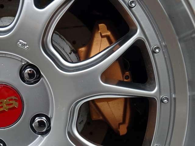 リアキャリパーもオレンジゴールドに塗装済み!対向2ポットキャリパーに変更!ボーイング ドリルド&スリットローターです。