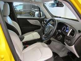 純正のホワイトレザーシート搭載。車内も明るくて気分も上がります!